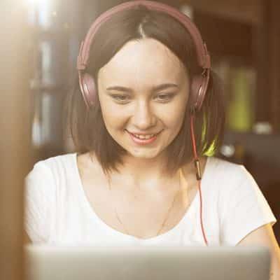 curso de inglés online - daway - woman studying